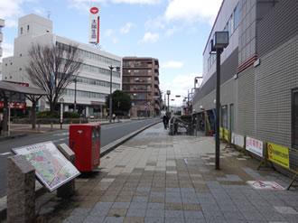 ①岡町駅を降りて西側(右)へ出ます