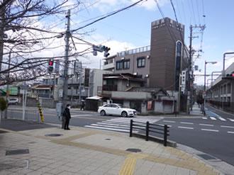 ④交差点へ出ます。信号を渡り左へ曲が ってください。