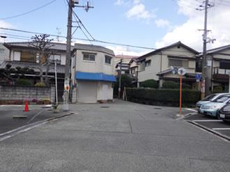 ⑦この十字路が見えたら左(西)へ曲がる。 左に見える紺色の建物がみとい製作所です!お疲れさまでした。
