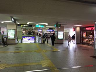 ①豊中駅南改札口を出て、西(右)側へ出ます。ミスタードーナツ横のエトレへつながる道へ進んでくさい。