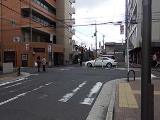 ⑤交差点(お蕎麦屋さんが目印)を南(左)へ進みます。